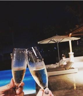 罗志祥为周扬清庆生 泳池边喝香槟甜蜜浪漫