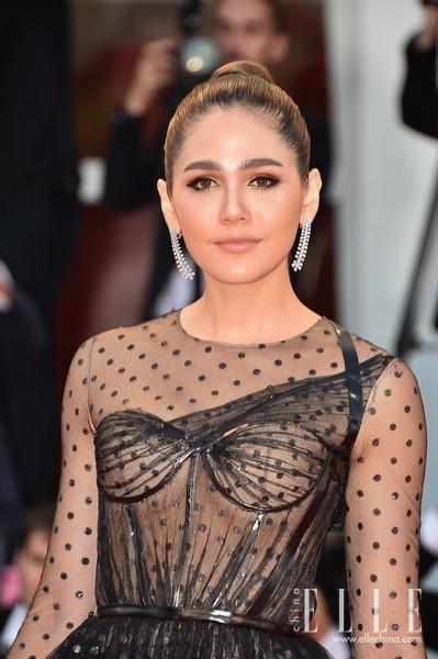 泰国女演员阿拉亚·亥盖特佩戴Chopard萧邦珠宝出席威尼斯电影节