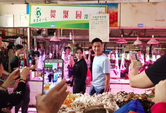 谢霆锋现身菜市场 这脸丝毫看不到岁月的痕迹