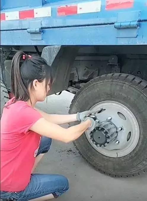 轮胎妹扒百斤轮胎 体重只有88斤让男生都自愧不如