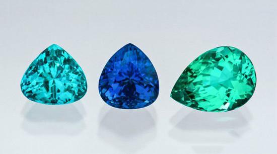 从左至右:2.59克拉的土耳其石蓝三角形切工的碧玺、3.28克拉电光蓝梨形切工碧玺、   3.68克拉绿色梨形切工碧玺。