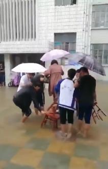 学生雨中帮老师垫脚?切记不要不明前因后果地评价