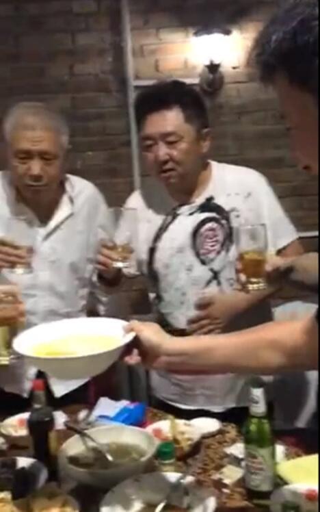 吴京酒量吓到网友 用旁人三倍大海碗上演一口干