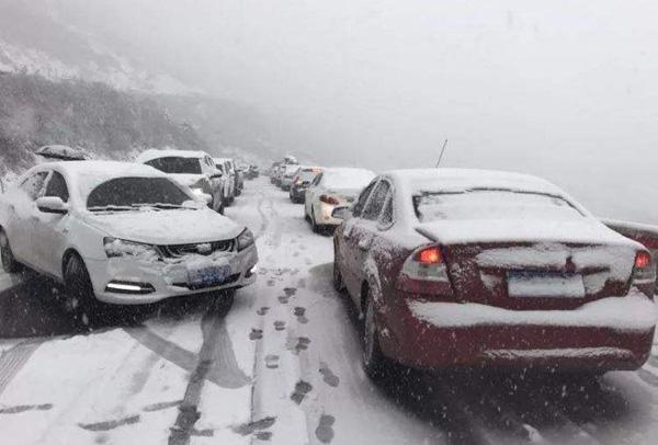 四川康定突降大雪  滞留拥堵车辆1000余台