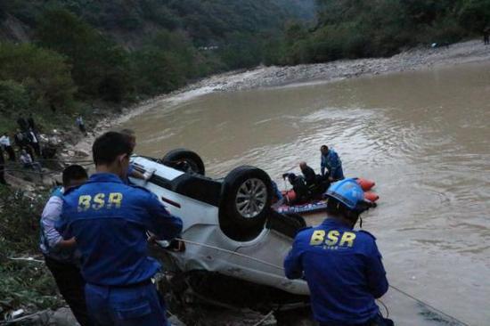 一家四口驾车坠河 父母受伤儿女溺水身亡