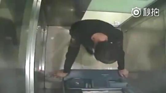 砸ATM想进看守所远离尘世 已如愿被警方拘留