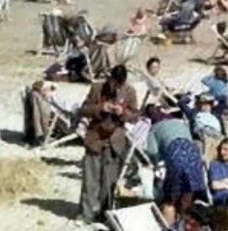 1943年老照片现时空旅人 这名男子真的是在看手机吗?