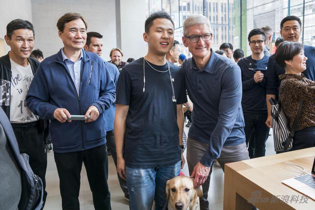库克在上海一家Apple Store跟用户交流