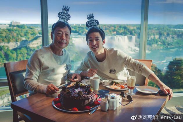 刘宪华与爸爸庆生 看到照片的网友们都做出了应援
