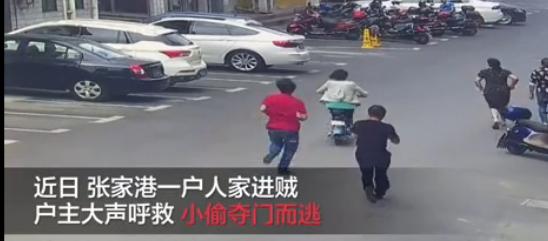阿姨穿拖鞋骑车追贼 居然把小偷给追晕了!