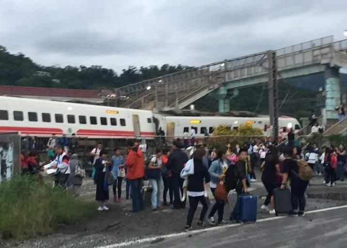 台湾列车脱轨死亡人数已致3死30人受伤