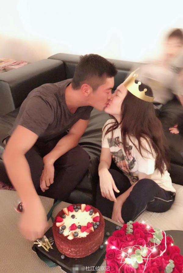 杜江为霍思燕庆生甜蜜亲吻 身后的嗯哼开启模糊模式