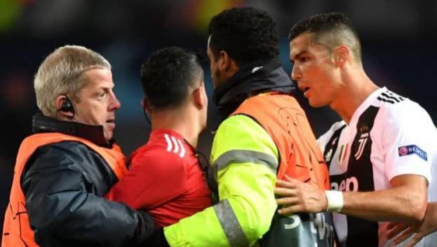 球迷冲向c罗 这样的冲动让曼联付出了代价