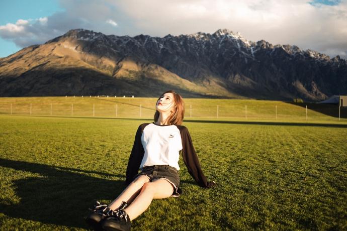 古力娜扎躺草坪