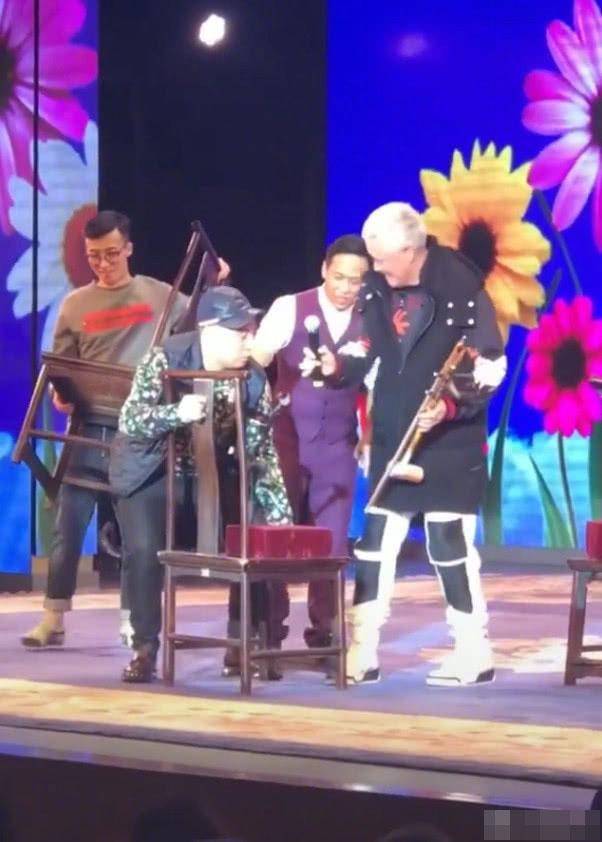 61岁赵本山上台表演 徒弟贴心为师父搬道具
