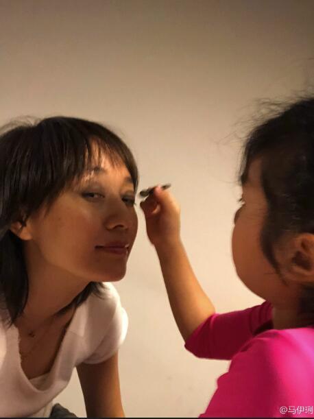 马伊琍女儿为其化妆 认真画眼影的样子十分可爱