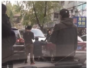 逆行逼迫司机下跪 周围市民纷纷摇头叹息