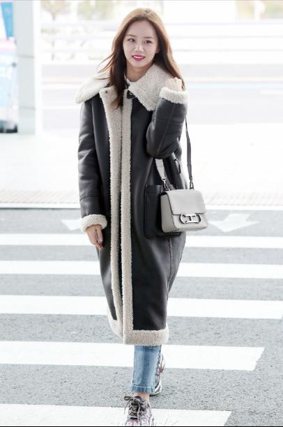 李惠利现身仁川机场 外套大衣的亚光皮质和羊羔毛的面料碰撞十分巧妙