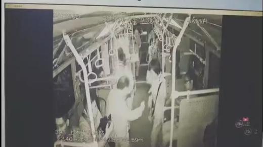 男子被查票后掌掴售票员 还踢了一名女乘客的小腹