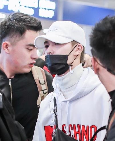 朱正廷现身北京机场 H&M与MOSCHINO联名款白色连帽卫衣+运动休闲裤套装夺人眼球