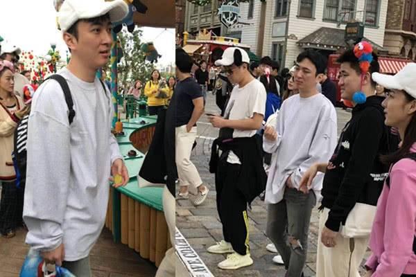 王思聪陈雅婷日本游玩被偶遇 两人看起来有点小甜蜜