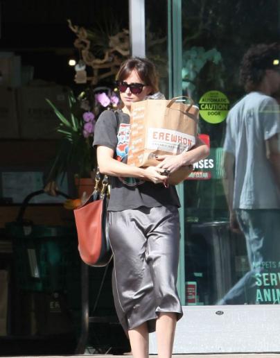 达科塔·约翰逊洛杉矶街拍 印花T恤搭配灰色丝质半裙简单又特别