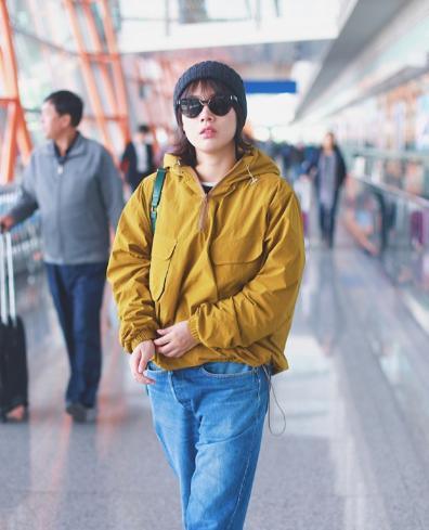 马思纯现身北京机场 黄绿色系的搭配既迎合了秋冬季色调 又点亮了整体Look