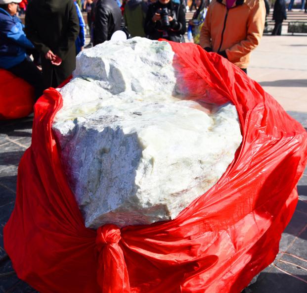 且末和田玉山料原石5.89吨拍出7100万!