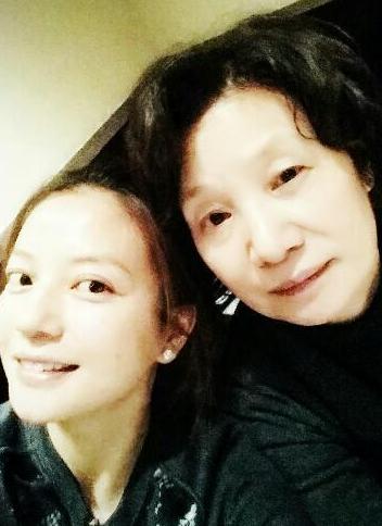 赵薇为母亲庆生 凌晨发文:生日快乐!我爱你!