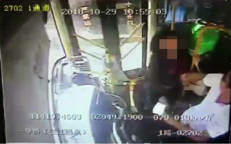 又现公交上拉扯司机 协调后女乘客赔了200块钱