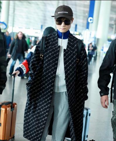 李宇春现身北京机场 大衣叠搭运动衫复古的文艺感