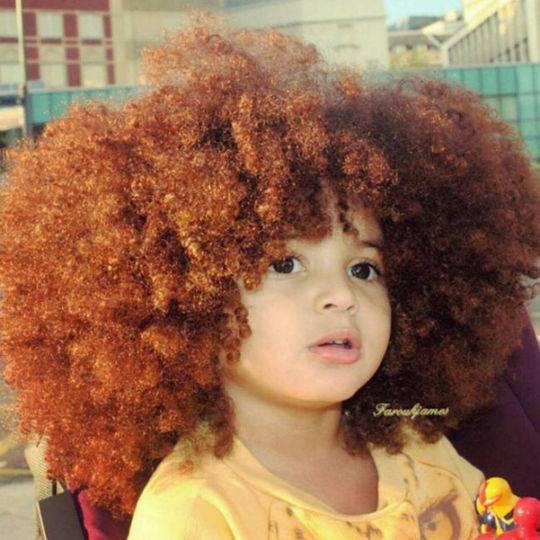 小男孩因天生爆炸头走红 发量简直就是一股清流