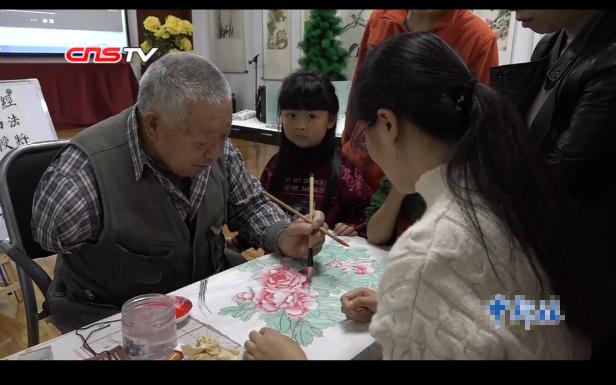 成都78岁独臂老人办画室 免费教孩子学书画