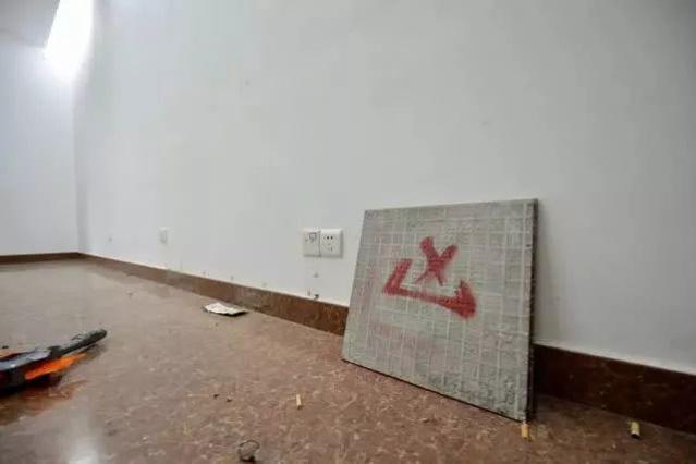 女子买拍卖房遭打砸 房子内每个房间都烧过火堆