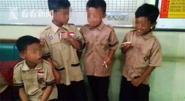 印尼8岁小学生抽烟被逮 校长的惩罚方式有点特别