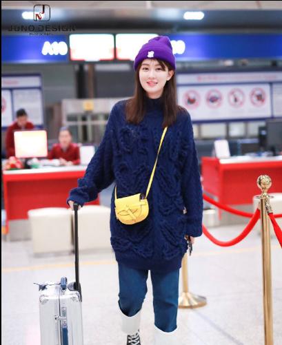 乔欣现身北京机场 粗棒针毛衣搭配翻边牛仔裤的甜美邻家女孩