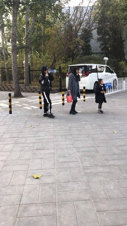 网友偶遇李小璐母女 甜馨看上去长高不少