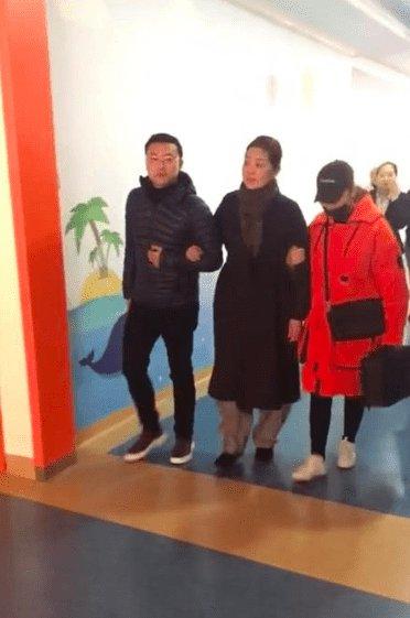 倪萍瘦20斤录节目 走路被两人搀扶着