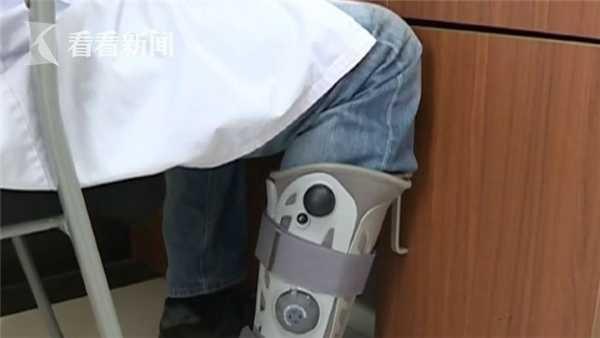 医生带伤工作成网红 患者和家属都对他竖起大拇指