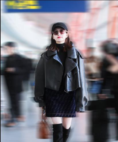 江疏影现身北京机场 演绎内敛大气的街头女王形象的气场江