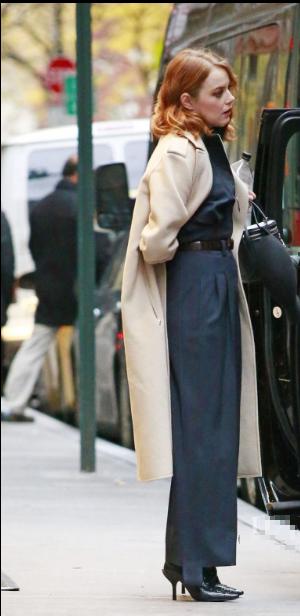 玛·斯通纽约离开酒店街拍 金色卷发和妆容气质优雅