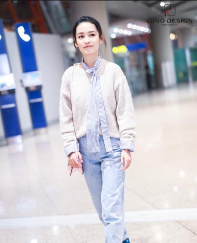 李沁现身机场 花色毛衣搭配浅色牛仔裤都市诠释女孩的甜美