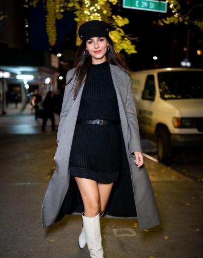 维多利亚·嘉丝蒂纽约街拍 灰色格子外套搭配黑色毛衣裙简单时髦
