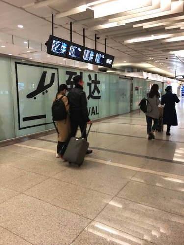 汪小菲大S挽手现身机场 网友直呼甜哭了