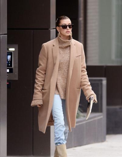 海莉·鲍德温纽约街拍 Celine大衣搭配高领毛衣简约又有质感