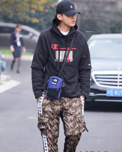 吴亦凡现身上海机场 身穿黑色卫衣搭配迷彩休闲裤帅气有型
