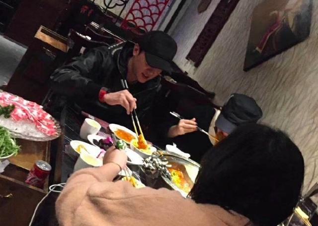偶遇赵丽颖冯绍峰吃火锅 两人吃饭也戴着帽子