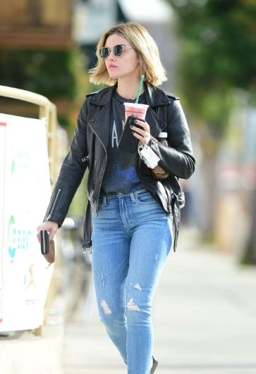 路西·黑尔 (Lucy Hale) 洛杉矶街拍 佩戴圆墨镜休闲帅气