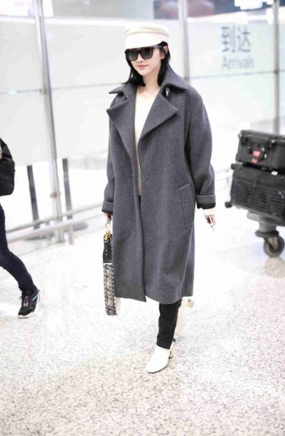 景甜现身上海机场 身穿长款大衣文静美丽