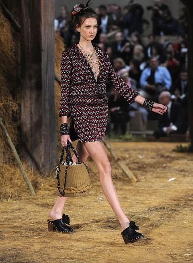 新一代印满 Dior 花纹的木屐鞋  会成为圣诞节清单的抢手货?